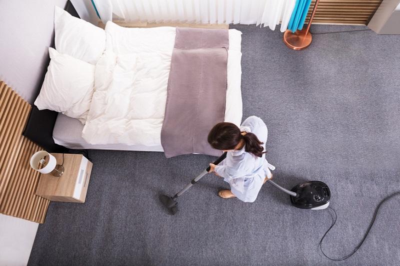 Camareira arrumando quarto de hotel