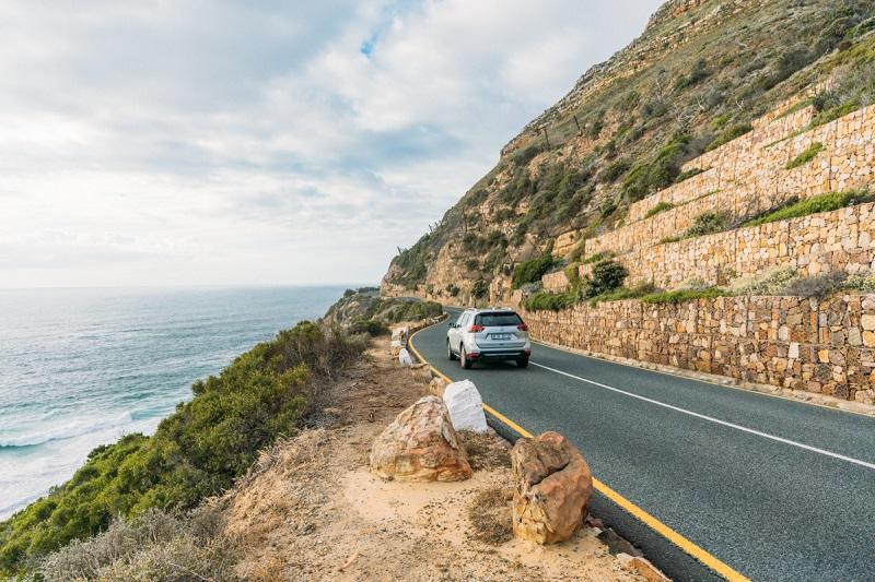 Carro em estrada na África do Sul