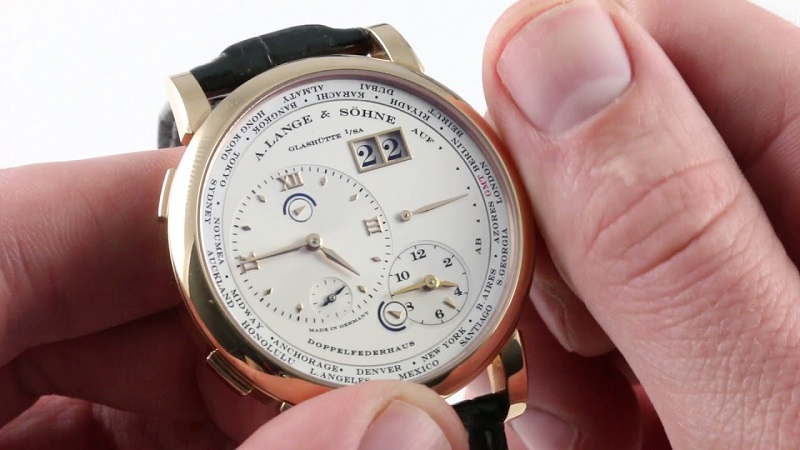 Pessoa atualizando horas do relógio de acordo com fuso horário da África do Sul