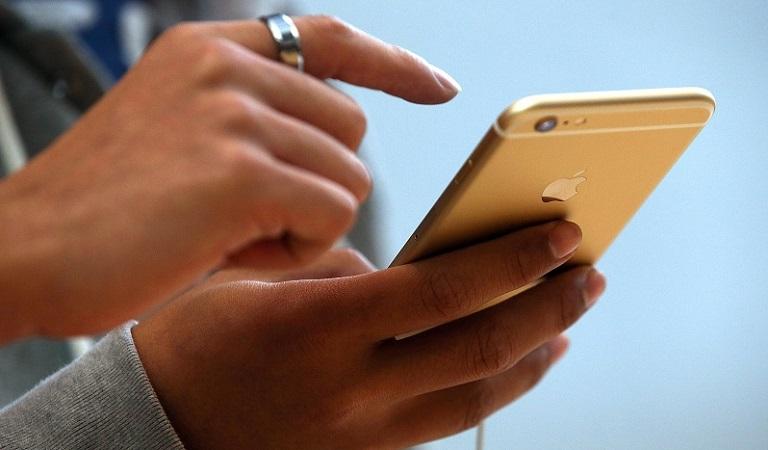 Pessoa com o celular