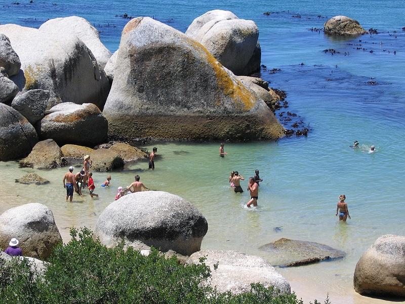 Turistas curtindo Boulders Beach na Cidade do Cabo