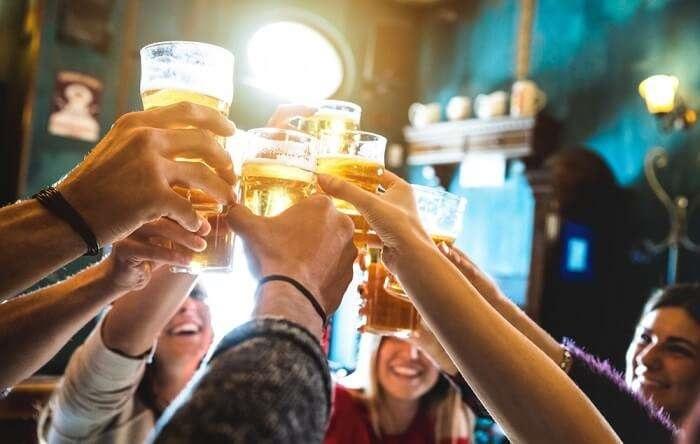 Amigos brindando em bar